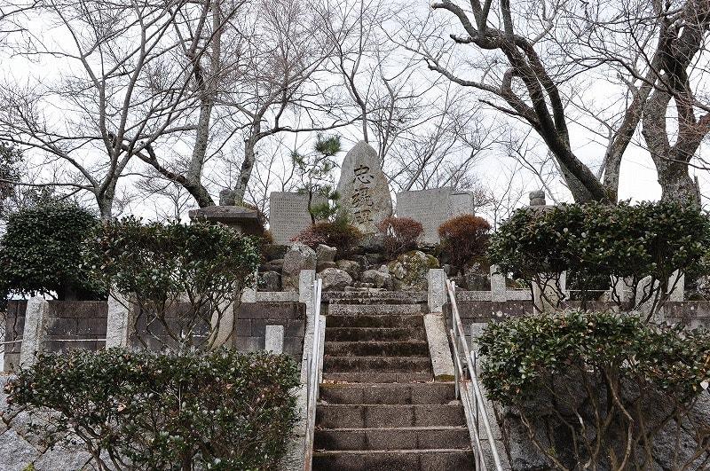 天井山1号墳忠魂碑
