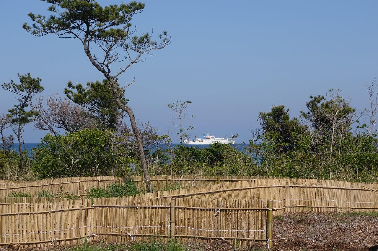 ジャンル:ウォーキング コメント 南房総和田浦に停泊する海底ケーブル敷設船「すばる」