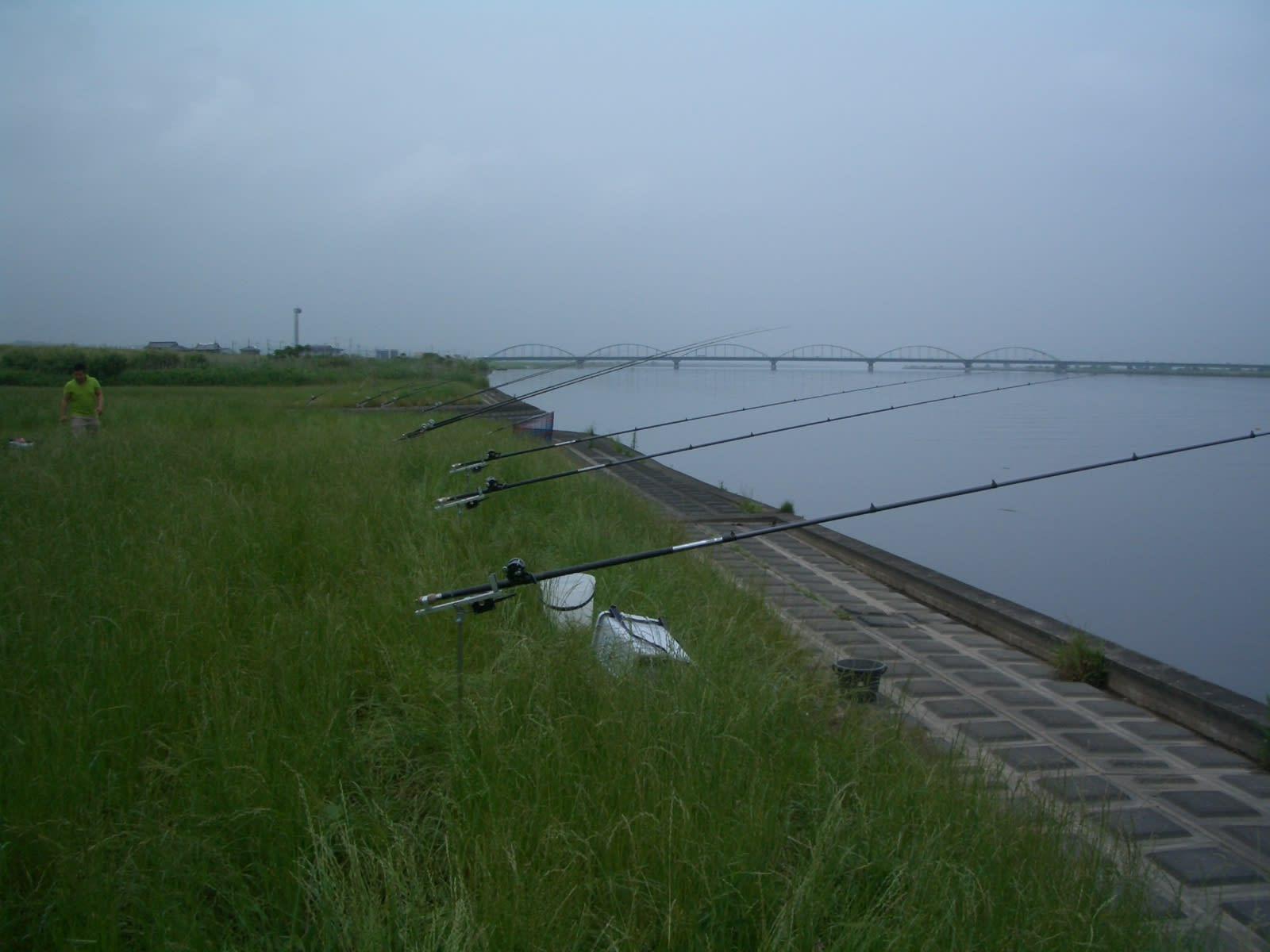 利根川検潮機前 大物狙い。アオウオ、鯉も釣れた。遠くに見える小見川大橋。 ジャンル:ウェブログ