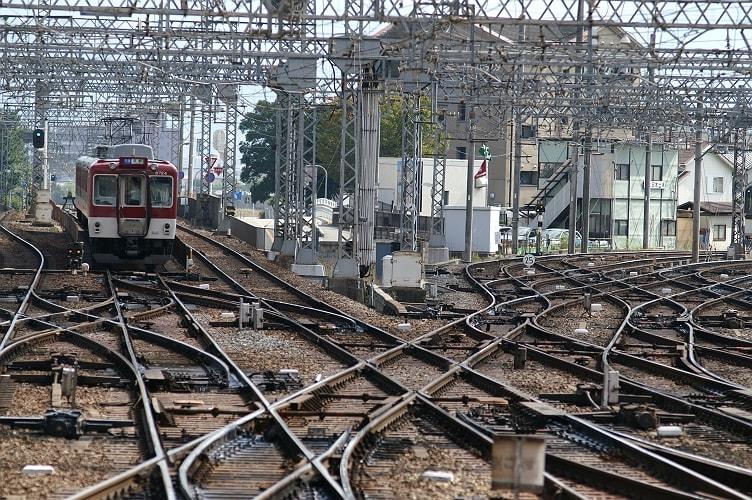 この複雑な線路。いや迷路だ。この写真では写っていない左側の線路もあるのだ。 ひっきりなしに電車が