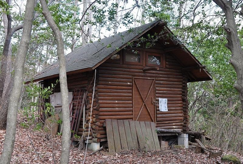 墳丘横の小屋
