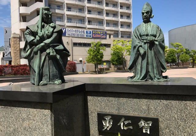 小松駅前にある弁慶 富樫像のミニ版