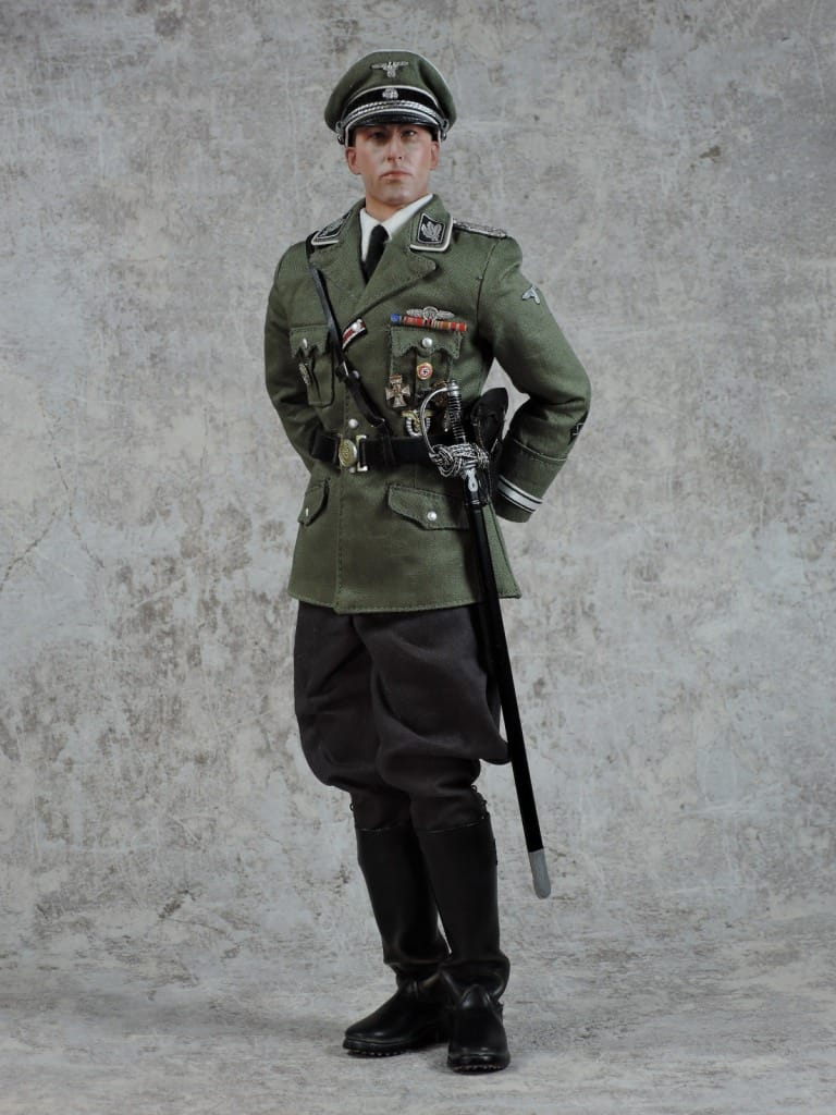 モデルのハイドリヒさんはナチの行政官なので、銃は拳銃だけです。ここではルガーP08が用意されています。ワルサーP38もかっこいいですが、ルガーP08も繊細な感じが