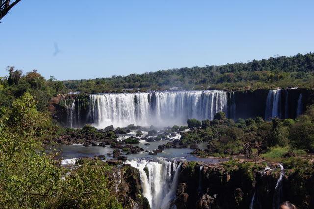遠く望むイグアスの滝