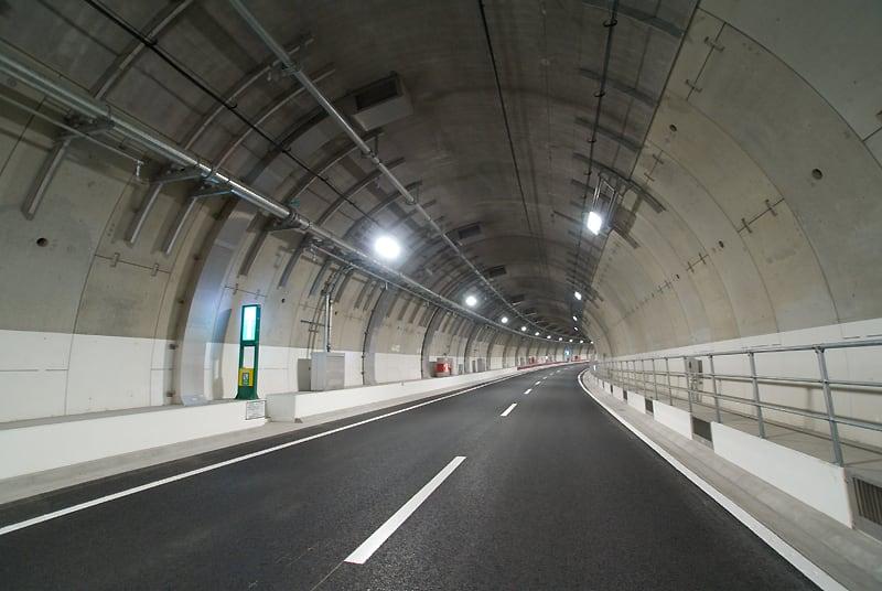 しかしまあ、4.7kmにも及ぶ長いトンネルの天井版が落下するなど前代未... 風竿の「人生の達人