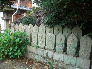 松月寺境内に集められた石仏