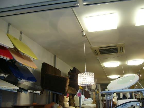 天井のクロスの張り替えや照明器具を一新しました