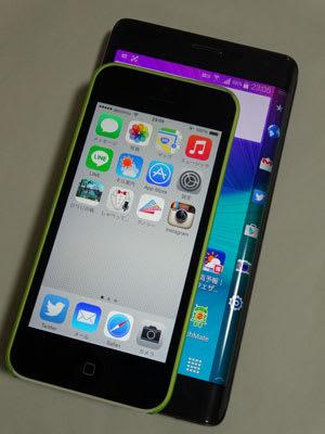 iPhone5cとGALAXY Note Edgeのサイズ比較。大きさは二回り違う。