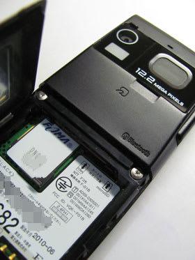 F-01BにSIMカードをセット