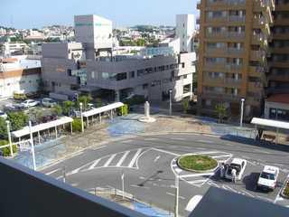 ゆいレール赤嶺駅ホームから見た最南端記念碑