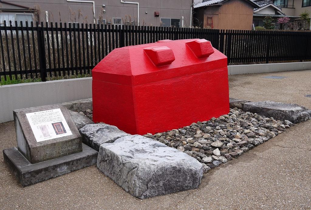 斑鳩文化財センター外の藤ノ木古墳石棺レプリカ