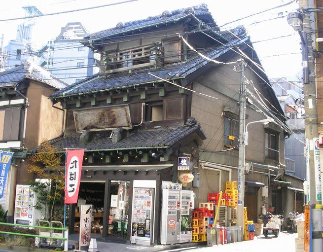 入谷・金美館通りの三階建て日本...