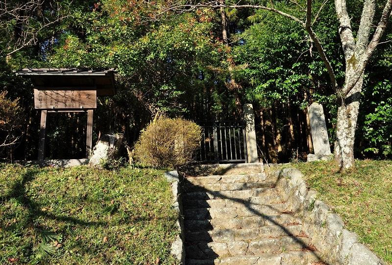 鏡王女墓前