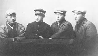 写真5:旧制中学時代の武雄(明治45年1月)左から二人目