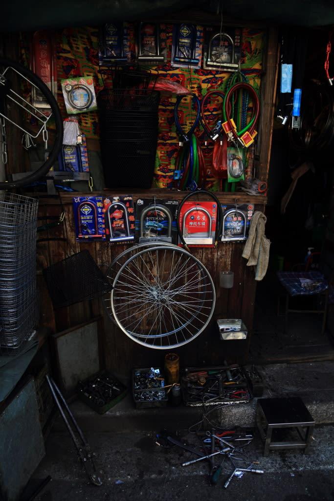 自転車の 自転車 赤信号無視 : 今日の一枚:下町の自転車修理 ...