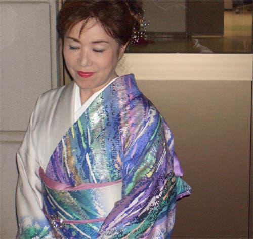 和装ファッション!白と鮮やかな虹のような色の着物を着てうつむく五月みどり