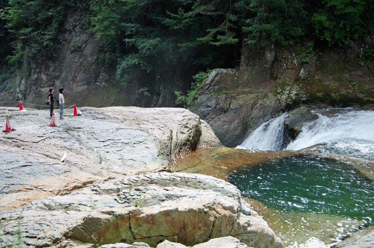 鱒飛の滝の甌穴