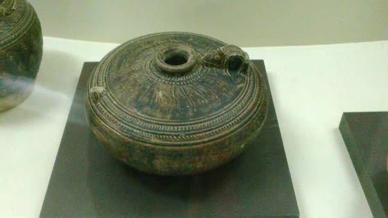 (黒褐釉鳥口把持付平形水注)先に紹介した水注に似ている。この手の水注は、... サンカローク陶器