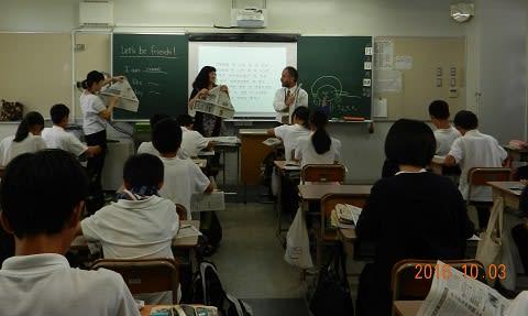授業にて、英語を使った工作の様子