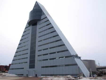 反対の海側からは、三角形部分がよく見える三角形なので、上に行くほど狭くなっている。  13・14階は少し膨らんでいて展望室やレストランに使われ、それより下の10階