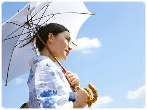 日傘を持つ着物姿の女性