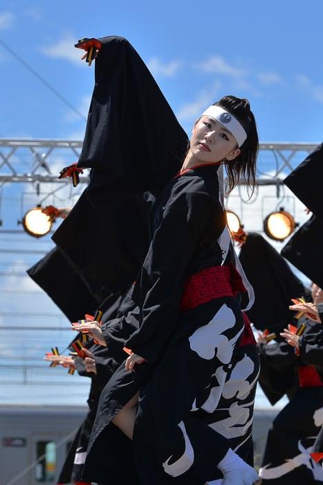 地元犬山のよさこい鳴子踊りチーム「笑゛」の登場だ。