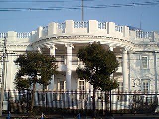 一足早く、東大阪のホワイトハウスの方で就任式である。 これを見てしたり顔...  しっとう?岩田