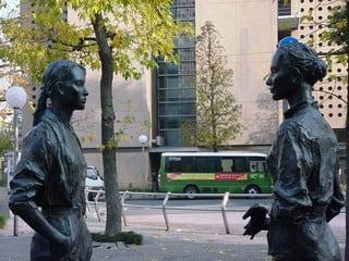 人気彫刻家、朝倉響子氏の作品 「マリとシェリー」。 まず彫刻モデルの写...  ハイブリッドな生