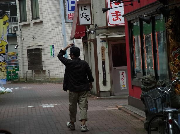 自転車の 蒲田 自転車 多い : 頭を掻きながら路地を歩く男性