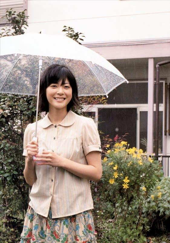 傘を差す上野樹里