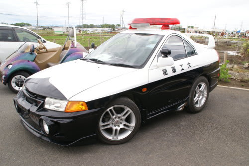 2人乗りのパトカー。珍しい車です。犯人とか乗せるのは後ろの席ですから。こ... 2人乗りのパトカ
