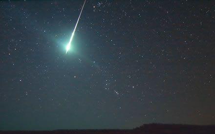 強い光の流れ星