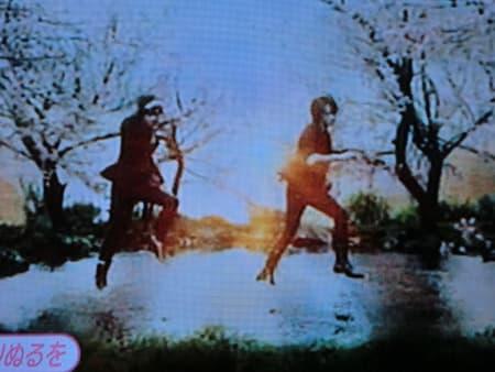 水の上を軽く踊る光一さん光一さんが足をサッと延ばすとザサーッっと水の輪が... ♪恋は匂へと散り