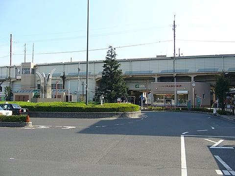 高架駅ながら簡易的な作りで、かつ昭和的な古い趣きが感じられ興味深い 駅前... 吉川駅