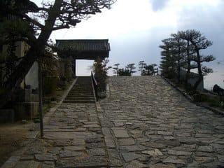 参道から實相寺山門を望む