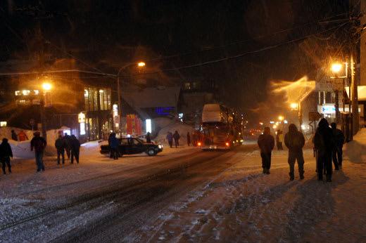 夜のスキー場街