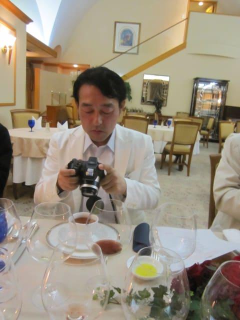 はい、鋭い目をして、いつもシャッターチャンスをうかがっている「カメラ小僧」も自分が写している時には無防備なんですねーーー!