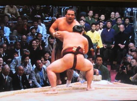 どうでい 今年を〆る結びの相撲は、あっけなく。一瞬、白鵬の足が土俵外へ... 稀勢の里 初場所綱