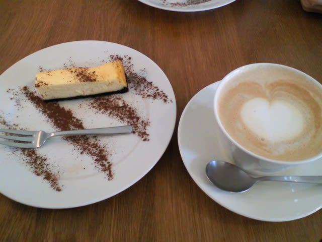 カフェオレとチーズケーキ