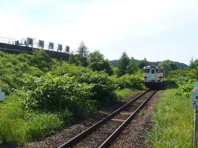 津軽二股駅を発車するキハ40系