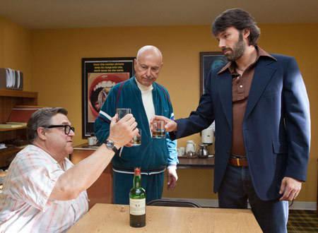 アラン・アーキン演じる大物プロデューサーとジョン・グッドマン演じる特殊メイクアップアーティストの会話や掛け合いが可笑しくって何度か吹いてしまいました。