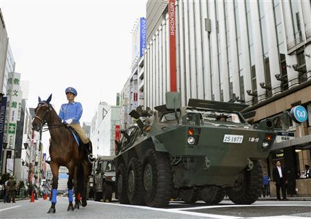 東京で防災意識向上へ日曜訓練 銀座の百貨店から救... 戦国自衛隊の映画を思わせる物々しい訓練風