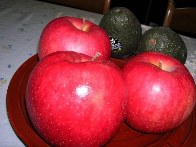 アボガドとリンゴそれにうちのお雛さま