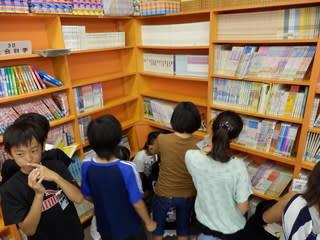 図書室にて、夏休み用図書の ... : 小6自由研究 テーマ : 自由研究