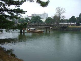 宇賀橋を通過する遊覧船