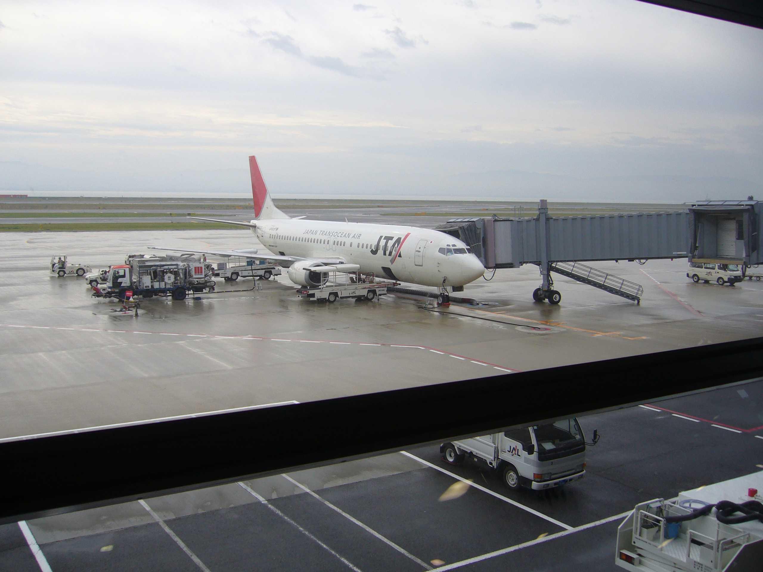 関西空港に駐機中のJTAのB737