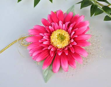 造花のガーベラ コサージュ ホットピンク色