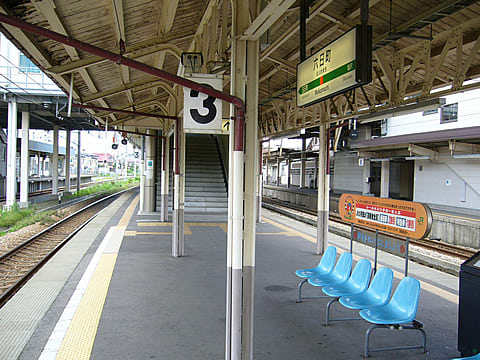 先ずJRのホームへ。左手奥に北越急行のホームが見える 六日町駅は北越急...  駅は世界