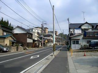 實相寺参道前から見た坂道