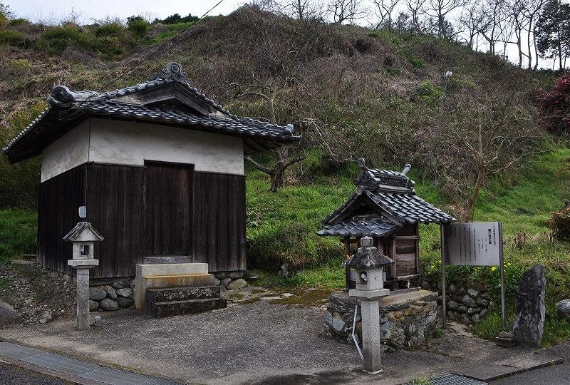 塞の神石碑と堂